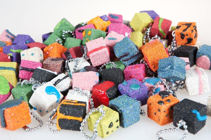 Portachiavi decorati con sabbia. Creazioni di artigianato artistico prodotte da Fantasie di sabbia. Varie dimensioni e colori. Uniche ed originali. Possibilità di personalizzazioni su commissione.