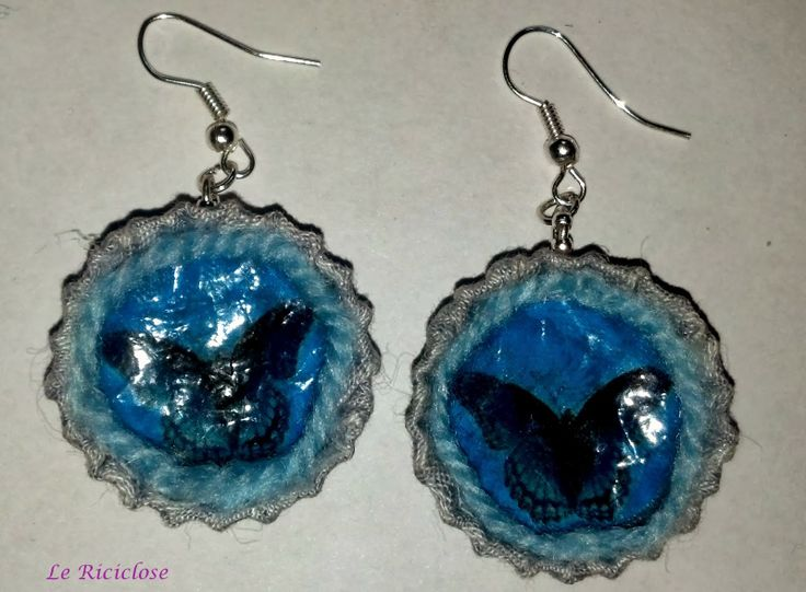 Orecchini azzurri riciclo tappi a corona, stoffa e busta di plastica.