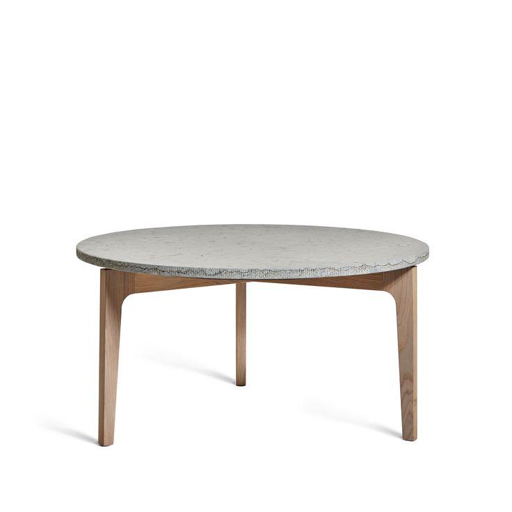 Höllviken soffbord med bordsskiva i kalksten och ben i vitpigmenterad ek. Höllviken bord från småländska Mavis är formgivet med en stram och skandinavisk, men samtidigt varm och omtänksam design. Finns både som soffbord och som sidobord.