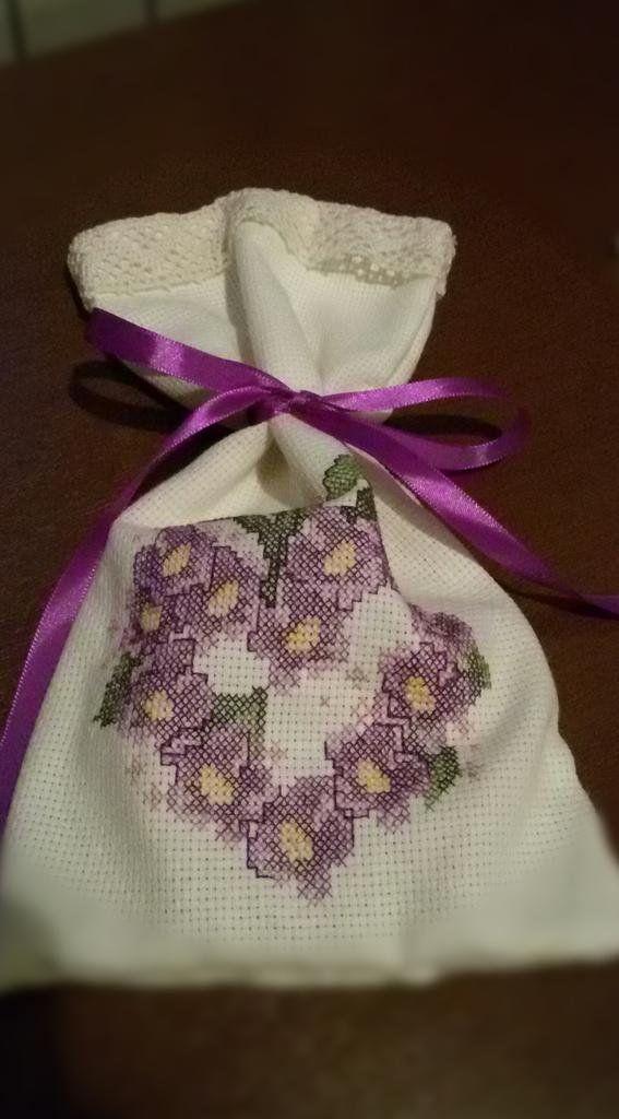 #punto #croce #cuore #violette #profumatore #biancheria Profumatore per biancheria ricamato a punto croce