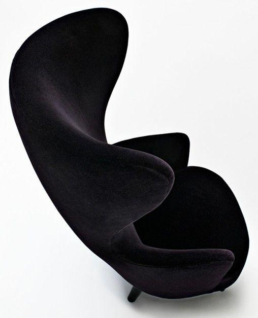 Stylowy fotel Wingback inspirowany XVIII-wiecznym krzesłem brytyjskiego dżentelmena. Wykonany z litej brzozy, obicie z aksamitu. 2007 rok.