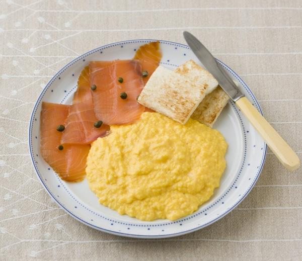 フランス風のスクランブルエッグは、スモークサーモンと一緒にいただくと、卵の甘さが際立ちます。/20分でできるフランスのおかず(「はんど&はあと」2012年7月号)