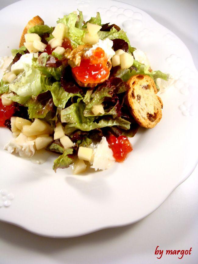 Ensalada con queso de cabra, mermelada de tomate y vinagreta de peras