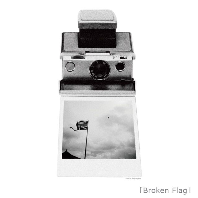 """『Broken Flag/大山ケンジ Ooyama Kenji』  独特の視点で風景を切り取り、また、音楽アーティストのCDジャケット・ツアーパンフ、雑誌、広告等でも活躍した今は亡きフォトグラファー『大山ケンジ』さん作品。""""音楽""""をテーマに制作して頂いたこの作品には彼のこんなコメントが添えられています。→  「撮影中、いつも頭の中で音楽が鳴り響いている。」    この場を借りて、今年3/1に急逝した大山ケンジさんのご冥福を心よりお祈りします。"""