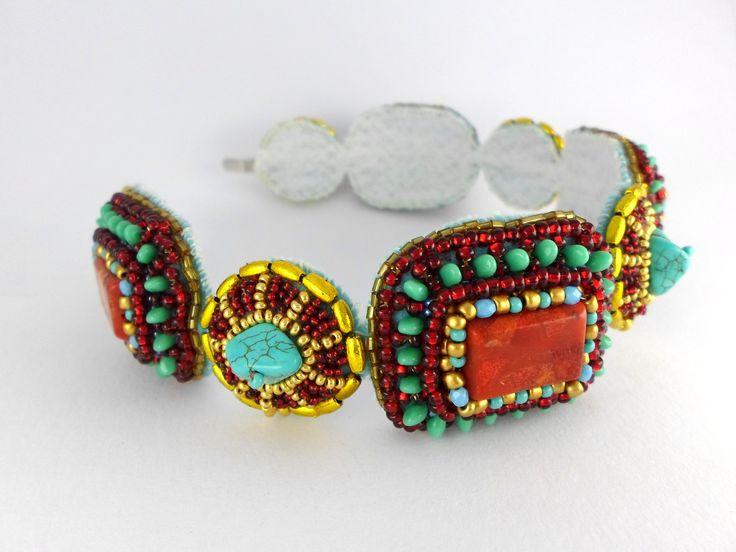 Krétský labyrint .. čelenka Čelenka je zhotovena z tyrkenitových našívacích kamenů a našívacích krychliček červeného korálu. K obšití byl použit rokajl Preciosa, tyrkysové Preciosa Solo a zlatá rýže.