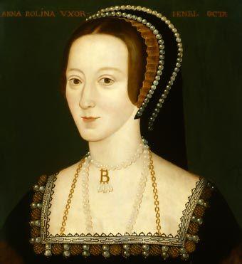 Ana Bolena, segunda mujer de Enrique VIII. Lleva un colgante monograma, muy habitual en la época. Unas perlas adornan el tocado, el cuello y el vestido.