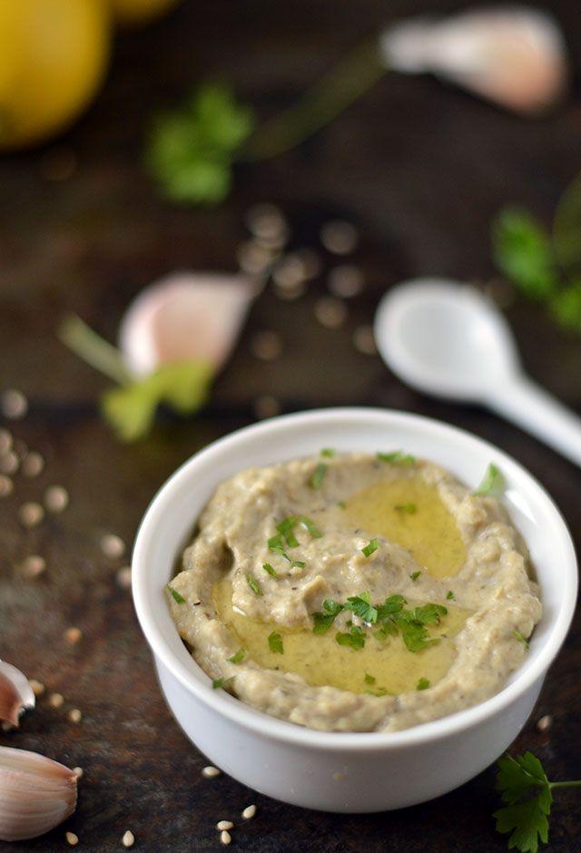 Baba Ganoush, een heerlijk smeerseltje van gegrilde aubergine, tahini, knoflook en kruiden. Lekker op een broodje met wat plakjes komkommer als lunch. Bij de borrel op een toastje of wat Turks brood. Het recept voor de allerlekkerste zelfgemaakte baba ganoush.
