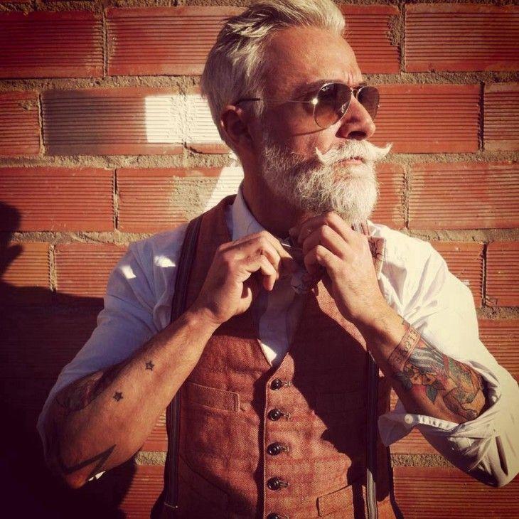 hombre hipster de edad mayor con tatuajes