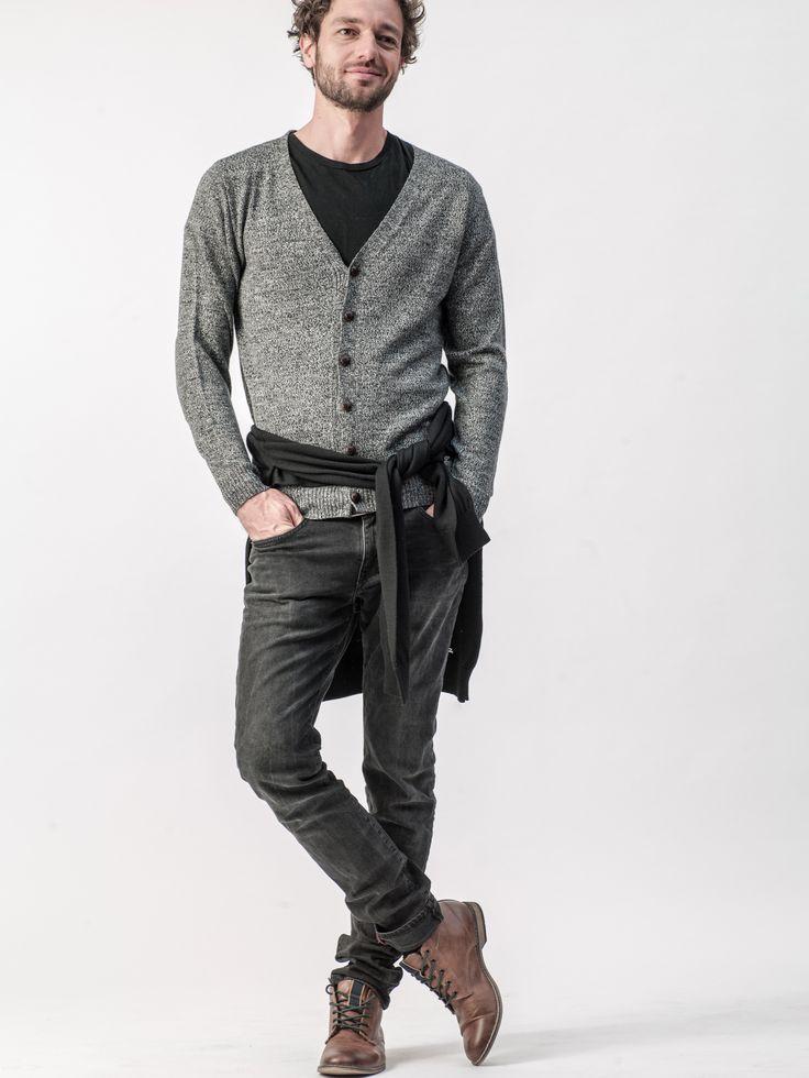 Unkompliziert und smart – Dieser melierte Cardigan ist der ideale Basic für entspannte und legere Freizeit-Outfits und dank leichter Merino/Leinen-Qualität absolut komfortabel.