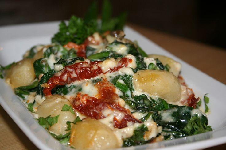 Gnocchi uvaříme podle návodu a na závěr k nim přidáme špenátové listy, abychom je spařili. Scedíme a dobře promícháme se šlehačkou, nahrubo...