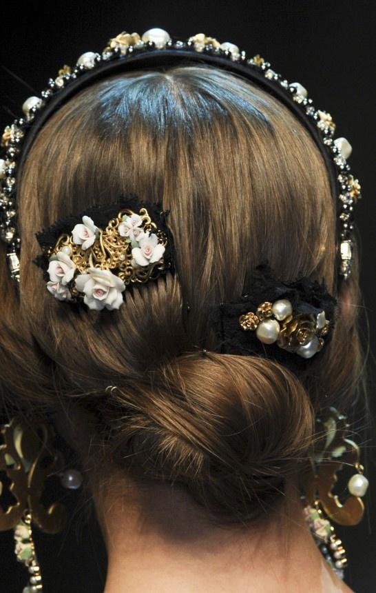Estilo barroco que adorna vestidos, camisas, pantalones e, incluso, bolsos. ¡Viva el exceso, viva la moda barroca! Dolce & Gabbana Fall-Winter 2012 /2013