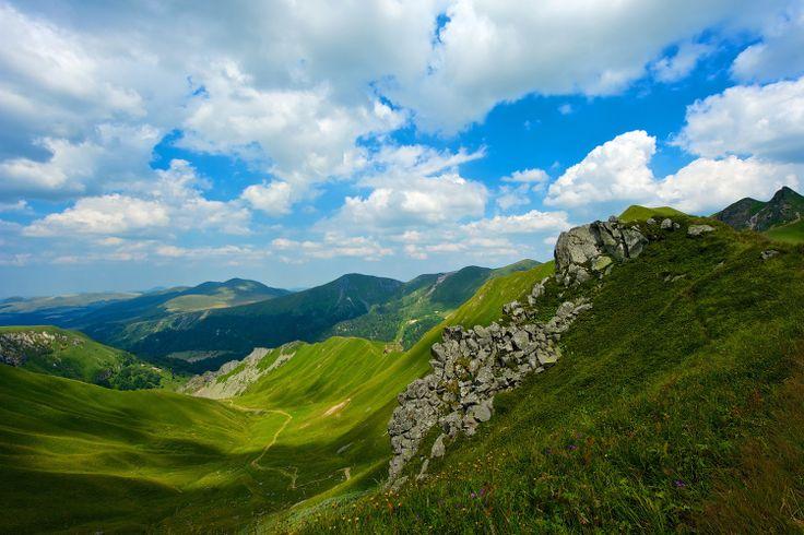 Auvergne sauvage : Point culminant du Massif Central, le Puy de Sancy s'élève à 1886 mètres d'altitude. Accessible l'été par un téléphérique ou par un chemin en escalier, son sommet offre un panorama exceptionnel sur le Parc naturel régional des volcans d'Auvergne. L'hiver venu, c'est skis aux pieds qu'il faut l'explorer depuis les stations de Mont-Dore ou de Super Besse. ©  AustralianDream - Fotolia.com