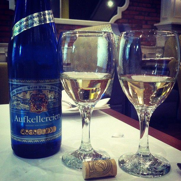 AUFKELLEREIEN BLANC - Un vin blanc digne des terrases! À la robe pâle s'ouvrant sur des arômes dominant d'agrumes, a la fois de pamplemousse, d'orange et de citron. Fruité et demi-sec, il laisse percevoir une acidité rafraichissante. Sa texture est plus souple que grasse dans une bonne finale persistante. La température de service se situe entre 8°C &: 10°C / Degré d'alcool 9,0 %