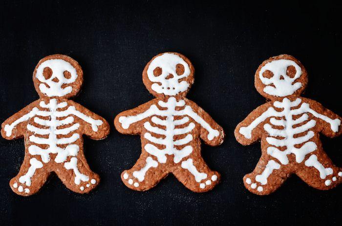 Halloween pepparkakor som ser ut som skelett