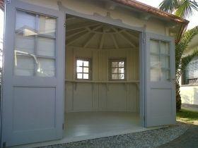 Vista esterna ed interna di casetta giardino bambini con decorazioni in stile liberty.