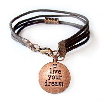"""Bransoletka męska """"spełnij swoje marzenia"""". Bransoletka z brązowego woskowanego sznurka z zawieszką w kolorze miedzianym i napisem """"live your dream"""". Dobry pomysł na motywacyjny prezent dla chłopaka."""