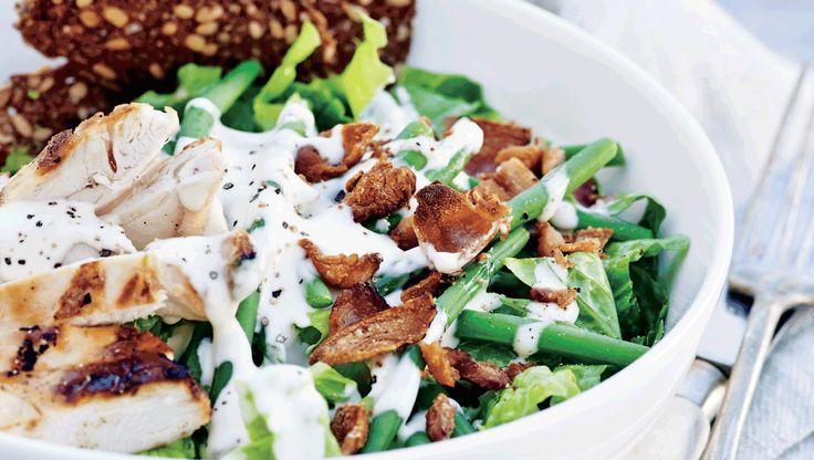 Denne uges hverdagsopskrifter er klassisk café-mad du selv kan lave. Her får du opskriften på cæsarsalat med grønne bønner og rugbrødschips ugens madplan, ugens opskrifter, hverdagsmad