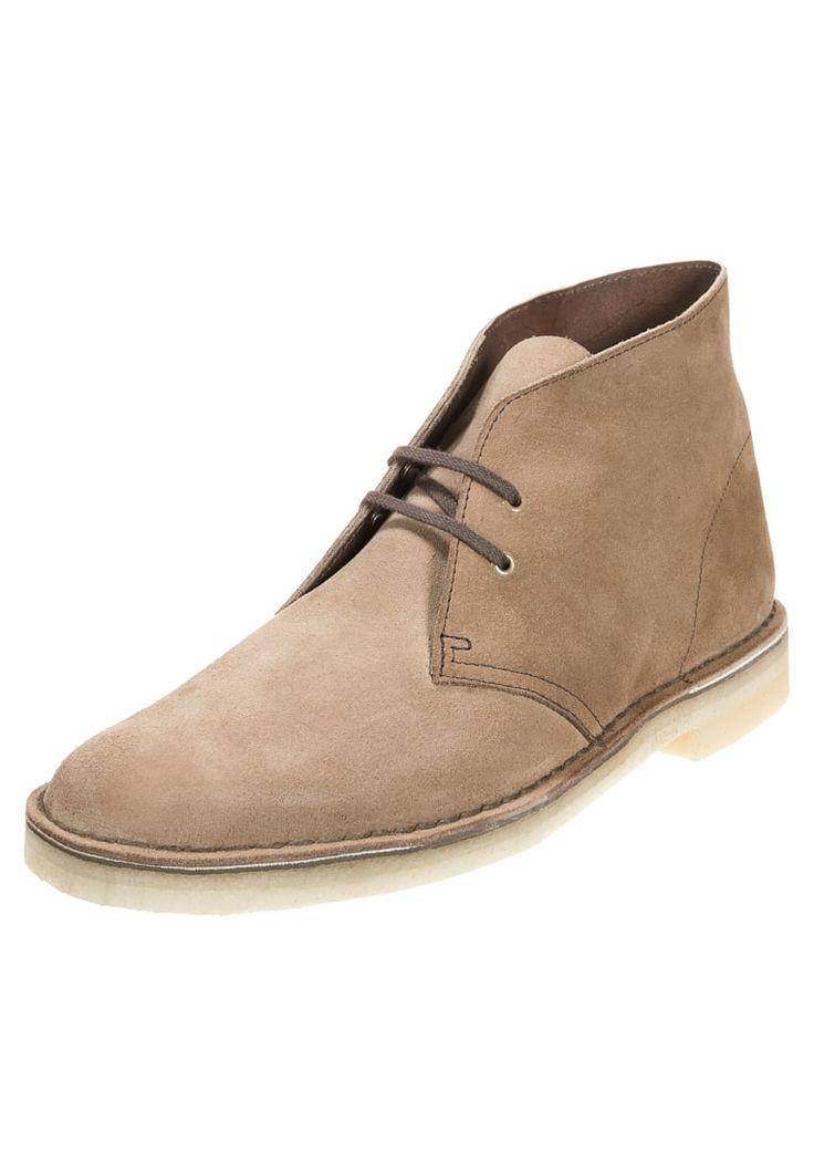 Wenn du einen natürlichen Look bevorzugst, ist dieser Schuh perfekt. Clarks…