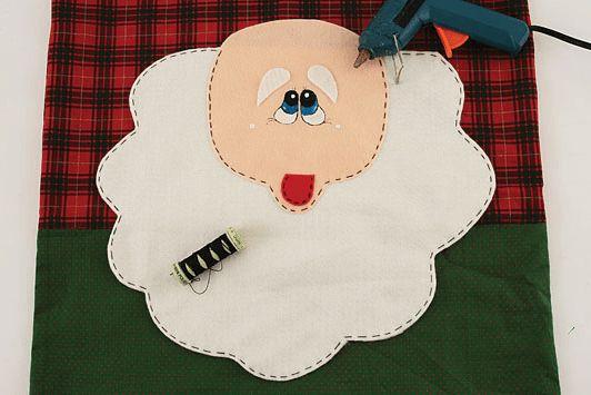 Funda navideña para silla con molde de Santa Claus. Sólo imprime el molde recorta y transfiere a la tela. Los pasos abajo descritos en las imágenes te servirán para elaborarlo. 14.2K378
