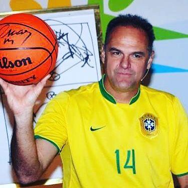 Um dos ex-atletas mais queridos do Brasil Oscar Schmidt 58 anos tem motivos para estar feliz durante a Olimpíada do Rio. Em 2013 o ex-cestinha enfrentou um tumor no cérebro. Fiz uma ressonância magnética há quinze dias quando foi constatado que não tenho nenhum resquício de células cancerígenas. Só após cinco anos poderei dizer que estou curado mas fico feliz em saber que tudo tem andado bem. Nós ficamos muito felizes por ele!  Curiosidades: - Oscar será comentarista da Fox Sports durante os…