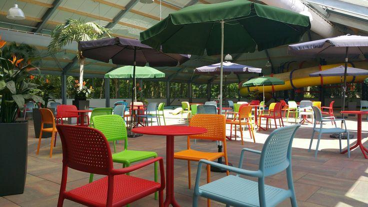 Het ziet  er nog mooier uit met de nieuwe kleurrijke tafels, stoelen en liggenbedden. Nog een keer andere parasols en je waant je in een tropische omgeving!