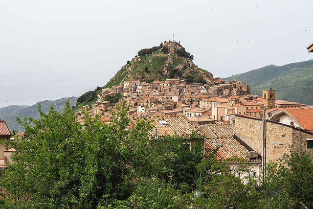 Mistretta, Sicile. http://www.lonelyplanet.fr/article/la-sicile-loin-des-touristes #mistretta #sicile #voyage #italie
