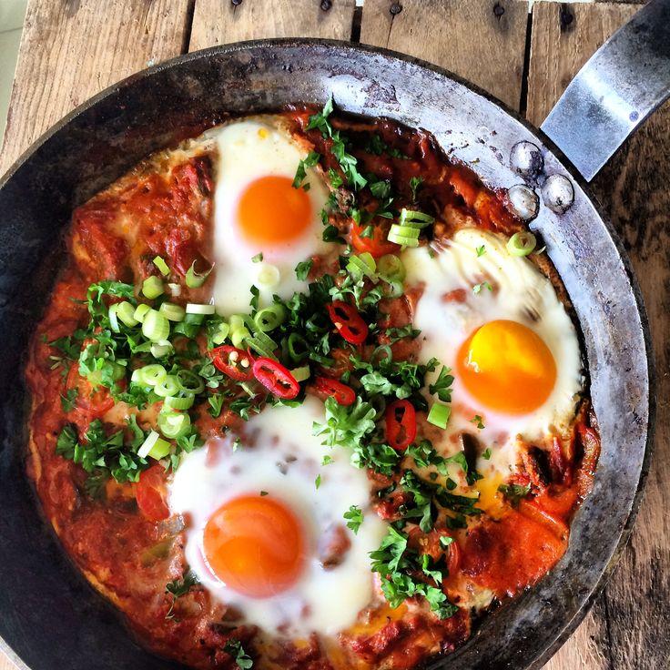 Shakshuka er en trendy frokostrett fra Israel. Her får du en smakfull kickstart på dagen med tomater, løk, chili, persille, fetaost og egg. Denne lettvinte, men deilige retten serveres gjerne med g…