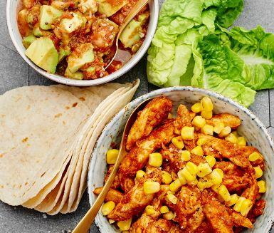 Kvällens middag bjuder på en lättlagad och underbart god fajita med kryddstark kyckling, gyllengula majskorn, krispig hjärtsallad och len avokado. Servera allt i små tortillabröd, svalkande gräddfil och het texmex-salsa. Duka fram några extra servetter och ät er mätta. Hoppas det smakar!