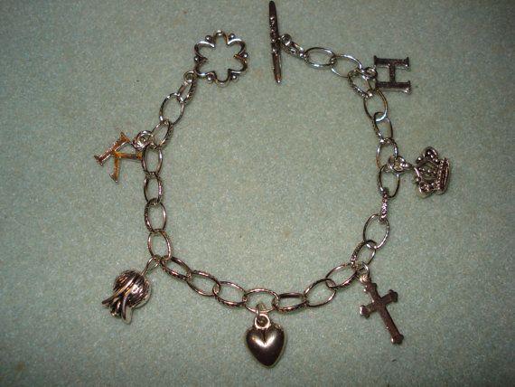 """Handgemachtes Armband, das die """"Geschichte"""" von Henry VIII. & Katharina von Aragon darstellt. (Affiliate)"""