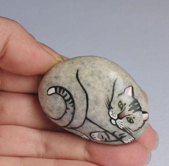 Main Pierre--petit chat peint naturel Chat Rock et lunatique Totem