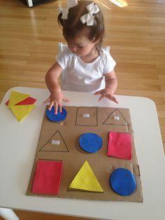 Separando as peças por forma. Atividade montessoriana.