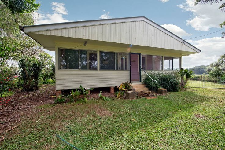 House in Newrybar, Australia. A large house with a separate entrance and private room. Set in the beautiful hinterland of the Byron Bay shire it's a short drive to Byron town and the beautiful beaches. The house is set out of the way with luscious green hills surrounding.  Our...