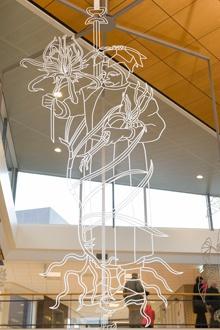 Over het kunstwerk All is Well - AllisWell - Ziekenhuis - Máxima Medisch Centrum  Overal in het ziekenhuis worden dezelfde zes figuren, afgebeeld op zes verschillende kaarten, aangeboden op perspex standaards die op tafels in de diverse wachtruimten staan, en zijn ze te vinden op posters aan de muren in gangen en afdelingsruimtes.