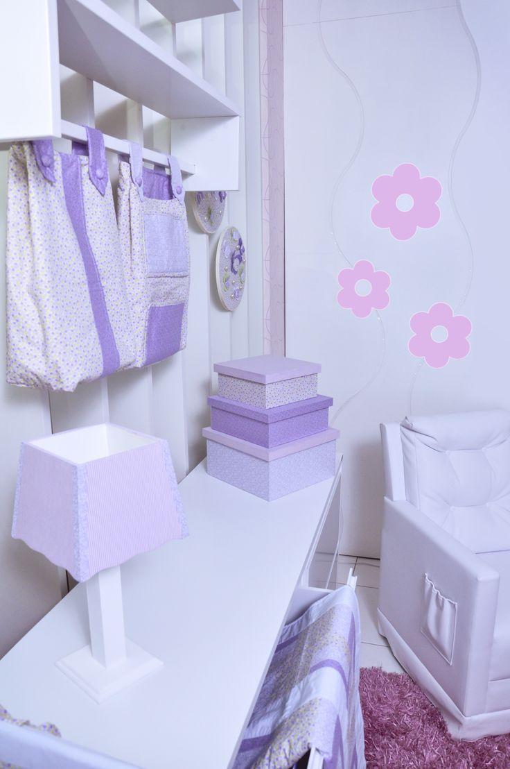 Kit berço Butterfly, almofada amamentação, manta, abajur, porta-treco, 3 caixas decoradas e 2 quadros.