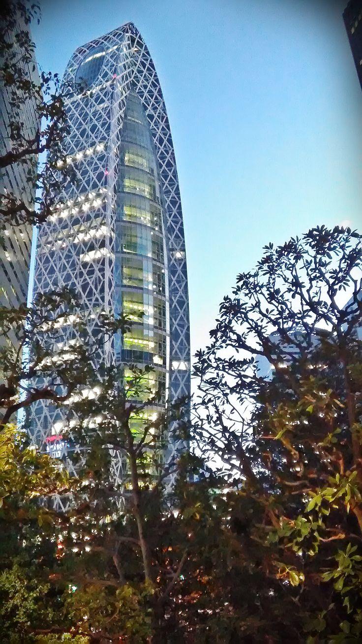 Mode Gakuen Cocoon Tower  n grattacielo situato nel quartiere finanziario di Nishi-Shinjuku, Tokyo, in Giappone. Progettato dall'architetto giapponese Kenzō Tange prima che morisse nel 2005, venne realizzato dal suo studio, la Kenzo Associates, tra il maggio 2006 e l'ottobre 2008. Alto 203 metri, 50 piani, al suo interno trovano spazio tre scuole per circa 10.000 studenti, una di moda, una di design  e una di medicina.