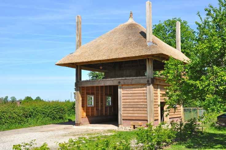 4-roedige hooiberg in gebruik als carport en dierenverblijf. Gemaakt door Pape Rietdekkers