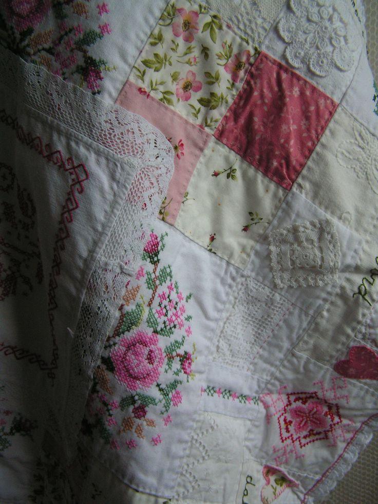een gedichtje verwerkt in een quilt van oude tafelkleedjes, borduurwerkjes en nieuwe quiltstofjes made by Sylvia Extra