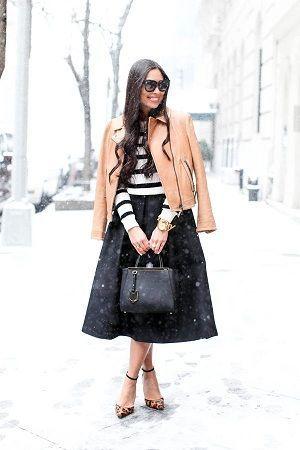 モノトーンコーデにベージュのコートをプラスで軽やかに♪40代アラフォー女性におすすめのAラインスカートコーデ♬
