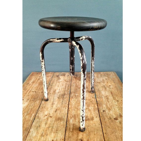 Sgabello Industriale Francese in ferro e seduta in legno / altezza regolabile | Old Metallic French Stool, Industrial Stool ! #stool #sgabello #industrial #industriale #decor #ohmylab