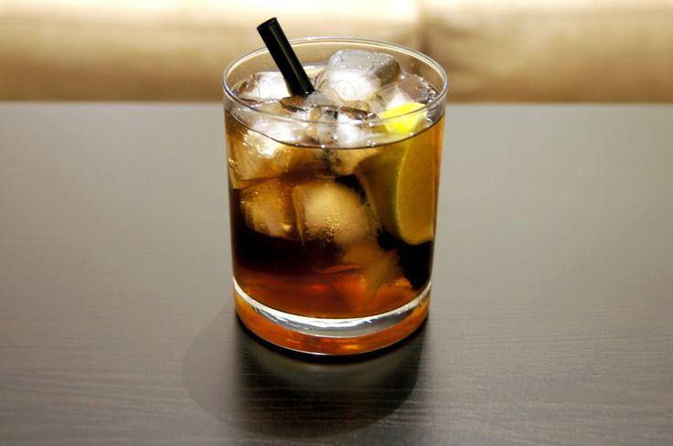 Cuba Libre po hiszpańsku znaczy wolna Kuba. Drink powstał około 1900 roku w Hawanie, na Kubie, w czasie wojny amerykańsko-hiszpańskiej i jest dzisiaj jednym z najbardziej znanych koktajli na świecie. Przepis na drink Cuba Libre jest bardzo prosty. W jego skład wchodzą biały rum, coca-cola oraz sok z limonki. Najlepiej jest go podawać w niskiej szklance z grubym dnem.