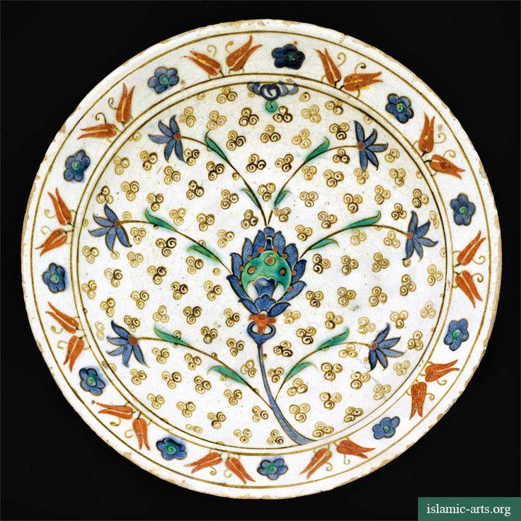 A LARGE IZNIK POLYCHROME DISH, TURKEY, CIRCA 1580