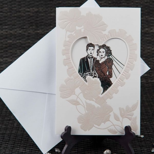 Invitatie de nunta romantica, de culoare alba, cu chenar inima si miri.