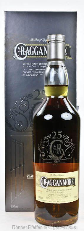 Cragganmore Whisky 25 y.o. Region : Highland/Speyside nur eine Flasche 51,4 % alc./vol. 0,7l mit Farbstoff Fassart : Amerikanische und europäische Eichenfässer Nase : Karamell, Apfel, fruchtig mit Malz Geschmack : Malzig, Vanille, Holznoten und Frucht Finish : Mittellanger Abgang mit Holznoten und Früchten Abfüller : Original Special Release 2014 Distilled : 1988 Bottled : 2014 25 y.o. Flaschenzahl .: 3372 Flaschennr.: 2108