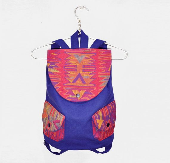 A basic cotton backpack with two external snapped pockets. Sizes: Height: 15,7 / 40 cm Width: 11.8 / 30 cm Strap lenght: up to 35,4 / 90 cm Top carrying