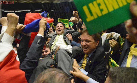 """""""Por Deus, eu voto sim"""". Lembra?: Há um ano, impeachment de Dilma na Câmara tinha confete e pizza"""