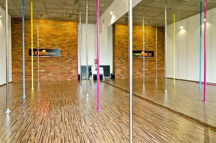 Zlokalizowana na terenie ekskluzywnego osiedla 19. Dzielnica na warszawskiej Woli szkoła tańca Lejdis Studio to świetne miejsce na zorganizowanie oryginalnego wieczoru panieńskiego.Do dyspozycji uczestniczek oddana zostaje przestronna, elegancka sala wyposażona w dziewięć rur do tańczenia. Szkoła organizuje zajęcia taneczne z instruktorem:pole dance, taniec na szpilkach lub burleska. Event w Lejdis studio to świetna zabawa w przyjemnej atmosferze.   Cena zawiera wynajem lokalu na 3 godziny…