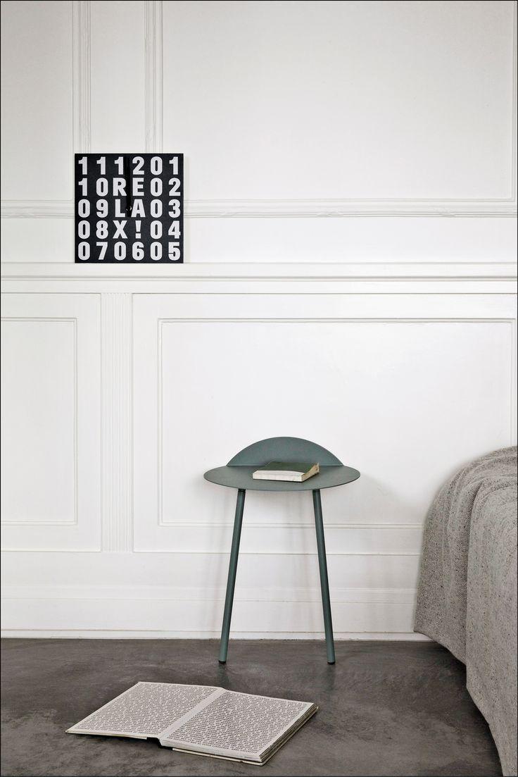 Det charmerende Yeh vægbord med to ben er et fint, lille bord med mange anvendelser. Brug det som sengebord, sidebord eller i entreen.