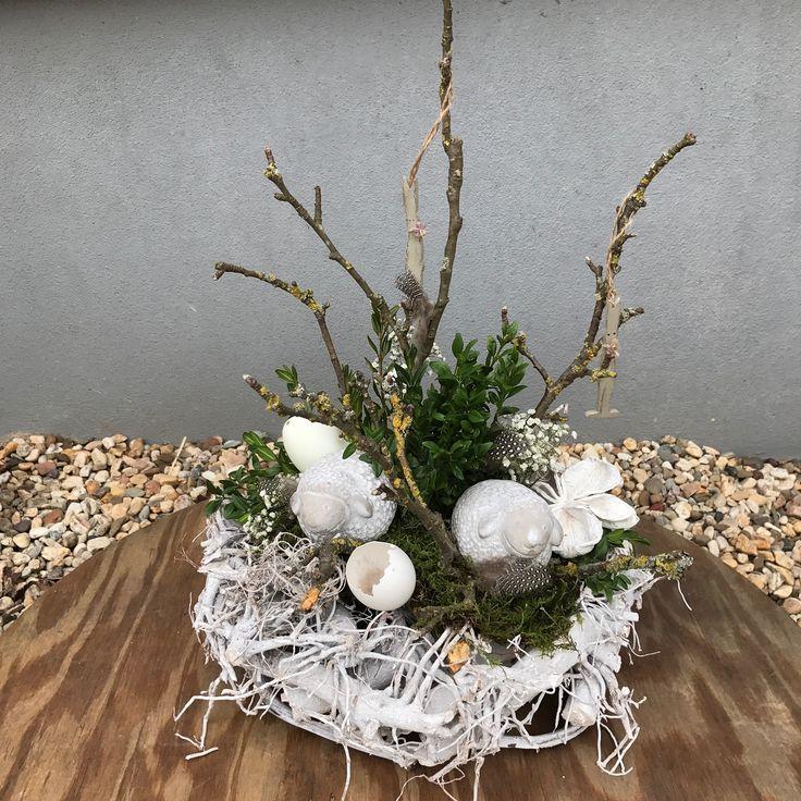 White wash krans opgemaakt als voorjaarsmand met betonnen schaapjes takken buxus enz 22,50 verkrijgbaar op CreAnoeska.nl