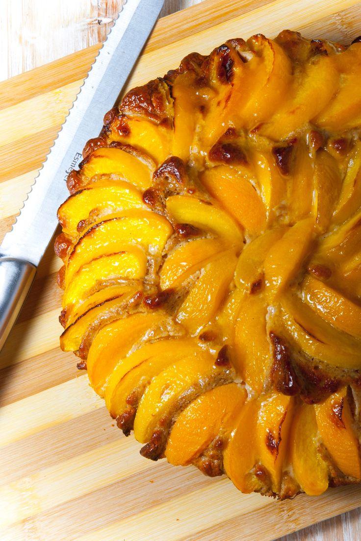 """Pastel de melocotón  Hoy quiero compartir con vosotros esta receta tan especial que preparé para nuestro libro """"La Cocina Fit de Vikika"""", el cual está lleno de recetas deliciosas, tanto dulces como saladas, incluyendo un montón de recomendaciones para aprender a comer mejor y a llevar un estilo de vida fit y activo. Espero que os guste, que la prepareis y me etiqueteis para que yo pueda ver como os salen de bien mis recetas!! #lacocinafitdevikika #recetasfitfoodmarket Raciones: 4-5…"""