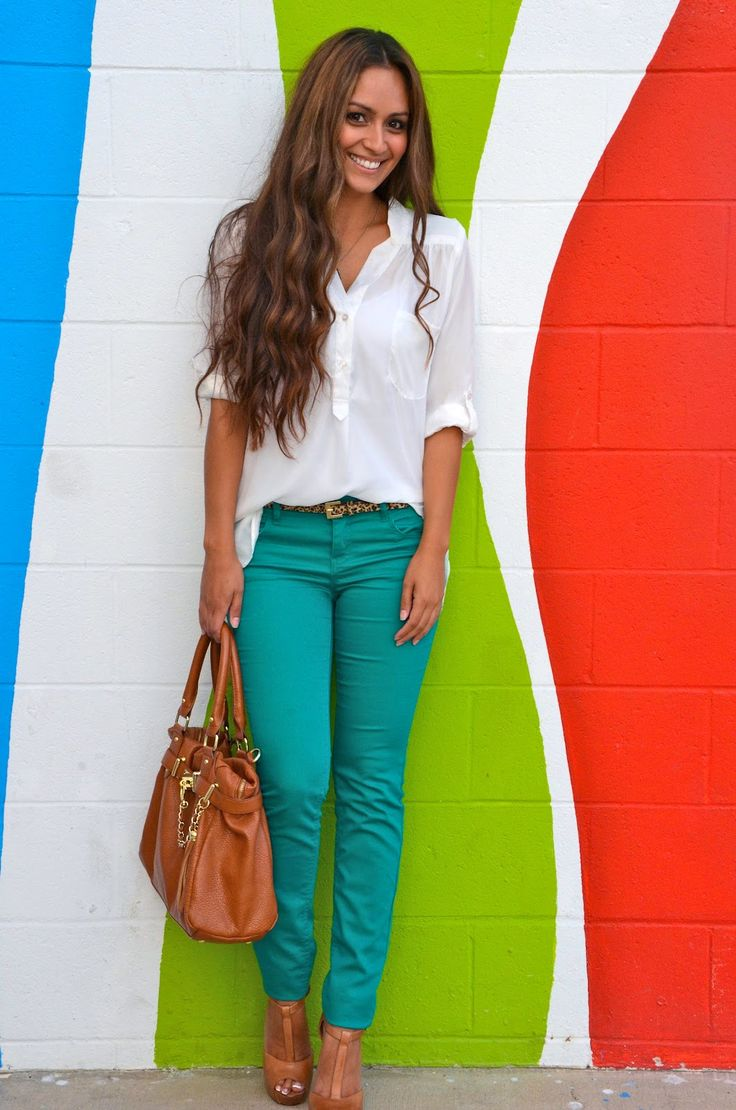 White blouse + green color jeans + nude heels + brown big purse.  And no stick skinny legs, finally.